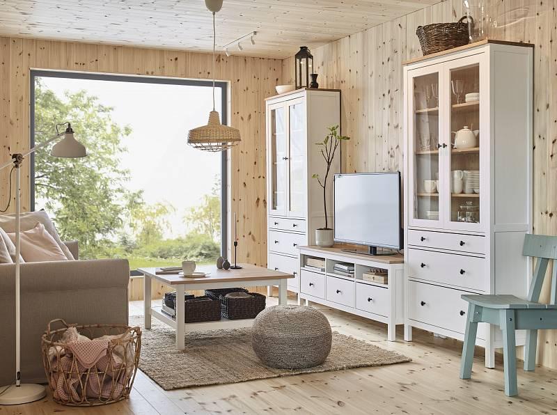 Když jsou stěny obloženy dřevem, je nábytek vbílé barvě skvělou volbou.