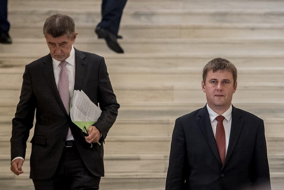 Tomáš Petříček byl jmenován ministrem zahraničních věcí. Vlevo Andrej Babiš.