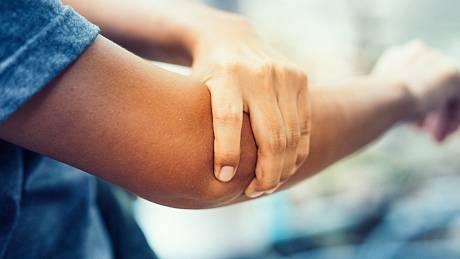 Revmatoidní artritida se obvykle objevuje mezi 40. a 60. rokem života