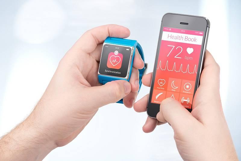"""Mobil a """"chytré"""" hodinky se vám budou ohromně hodit"""