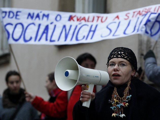 Pracovníci sociálních služeb demonstrují před Ministerstvem práce a sociálních věcí.