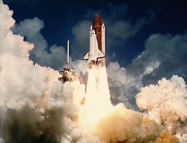 První start. Atlantis do vesmíru poprvé vyrazil na podzim roku 1985, snímek zachycuje tento okamžik. Podrobnosti o této misi ale nejsou dodnes známé, na palubě Atlantisu byl blíže neurčený náklad amerického ministerstva obrany.