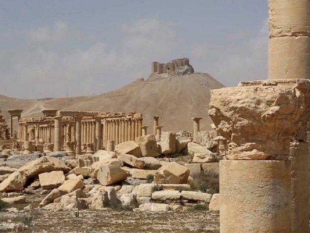 Památky v historickém syrském městě Palmýra jsou těžce poničeny, škody ale nejsou horší, než když město padlo před deseti měsíci do rukou Islámského státu.