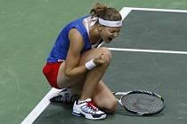 Lucie Šafářová v euforii. Vítězstvím nad Jelenou Jankovičovou ze Srbska zajistila Češkám triumf ve Fed Cupu.
