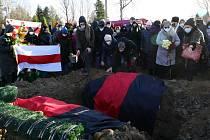 Tisíce Bělorusů se dnes v Minsku zúčastnily pohřbu aktivisty Ramana Bandarenka