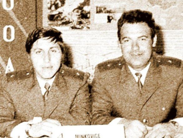Archivní foto z 80. let, na kterém je Josef Vondruška (tmavovlasý muž vpravo) po vyhlášení soutěže o nejlepší vězeňské pracovníky.