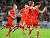 Marek Jankulovski (vpravo) slaví se spoluhráči svoji parádní branku z přímého kopu proti Anglii.