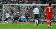 Takhle padl první gól, který vstřelil Milan Baroš (v červeném). Příhlížejí Angličané Ashley Cole (3) a brankář David James (1).