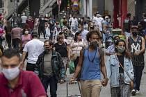 Lidé v rouškách procházejí 10. června 2020 centrem v Sao Paulu.