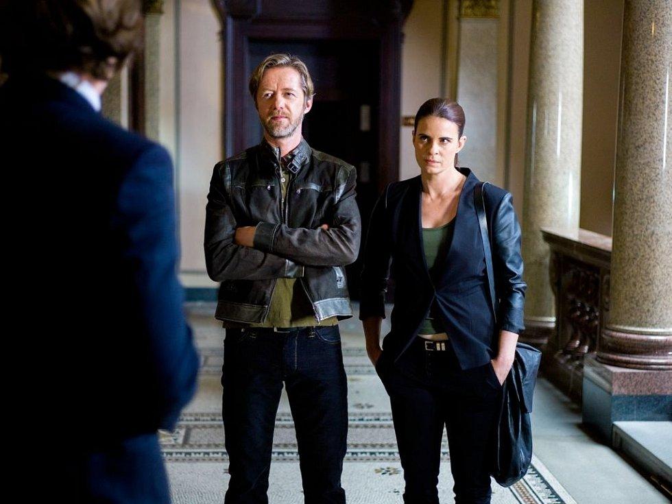 Zuzana Fialová (na snímku s Jiřím Langmajerem při natáčení seriálu Kriminálka Staré Město)