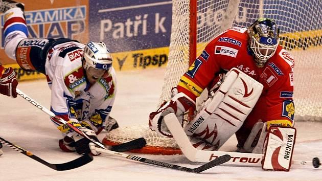 Roman Turek z Českých Budějovic likviduje jednu z ošemetných situací před svojí brankou v duelu s Pardubicemi.