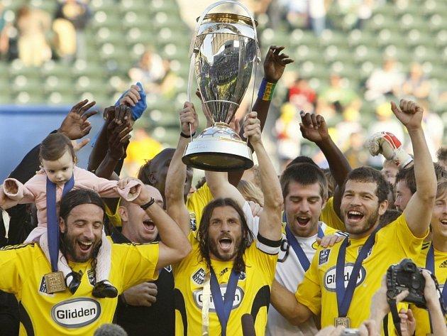 Hráči Columbusu se radují z triumfu v MLS. Trofej třímá nad hlavou kapitán Frankie Hejduk.