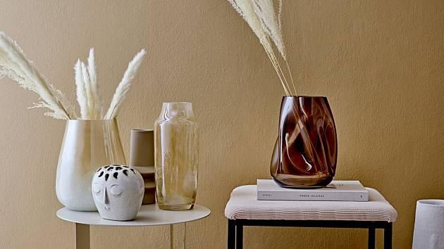 Doplňte letošní podzimní výzdobu netradičně tvarovanou vázou v zemitých tónech, stolování oživí misky, talířky a šálky v podobných teplých barvách.