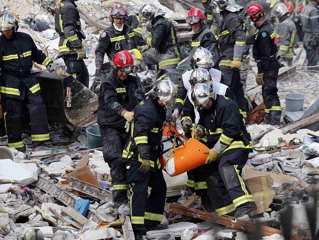 V Rosny-sous-Bois u Paříže se po explozi zřítil čtyřposchoďový dům.