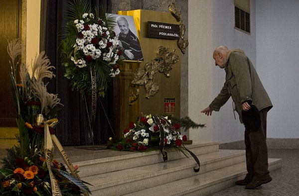 Lidé se přišli 2.ledna do strašnického krematoria vPraze rozloučit sPřemkem Podlahou.