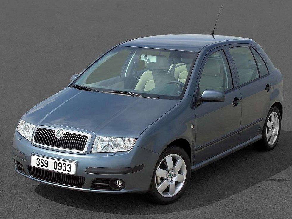 První Fabii Škoda omladila v roce 2004. Co se týče přední části, auto dostalo v podstatě jen nový přední nárazník s kulatými mlhovkami. Vzadu se objevily světlomety v dnes už klasickém C designu.