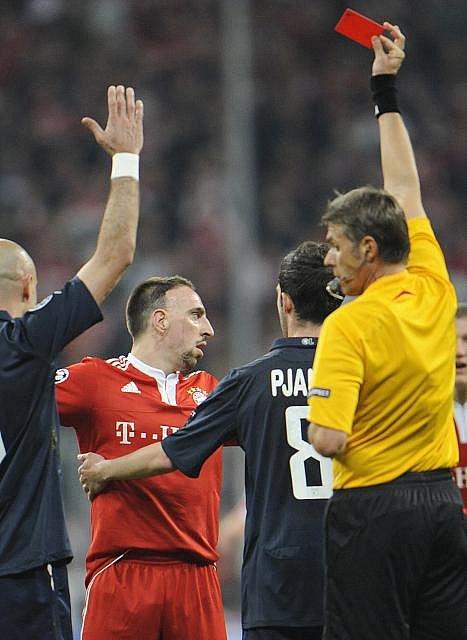 Ribéry právě inkasuje červenou kartu.