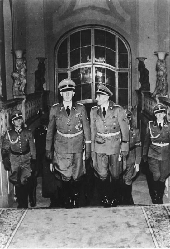 Zastupující říšský protektor Reinhard Heydrich v doprovodu státního tajemníka Úřadu říšského protektora K. H. Franka na podzim 1941 v Praze