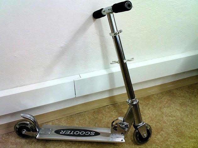 Koloběžka Scooter je podle České obchodní inspekce nebezpečná, děti by se při jejím používání mohly zranit.