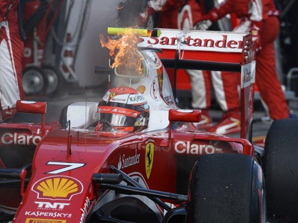 Hořící ferrari Kimiho Räikkönena.