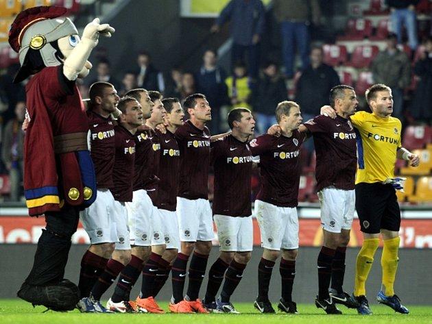 Fotbalisté Sparty se radují z vítězství.