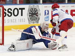 Sergej Širokov z Ruska se snaží překonat brankáře Francie Cristobala Hueta.