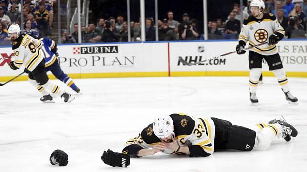 Hokejista Bostonu Zdeno Chára zraněný po zásahu pukem do obličeje ve 4. finále play off NHL