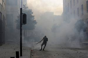 Libanonská policie zasáhla slzným plynem proti demonstrantům, kteří se snažili dostat přes zátarasy k budově parlamentu v Bejrútu.
