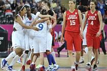 Zklamané basketbalistky Eva Vítečková (druhá zprava) a Jana Veselá po prohraném čtvrtfinále olympijských her v Londýně.