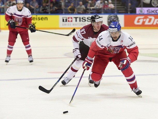 Český reprezentant Tomáš Plekanec (vpředu) a Gints Meija z Lotyšska.