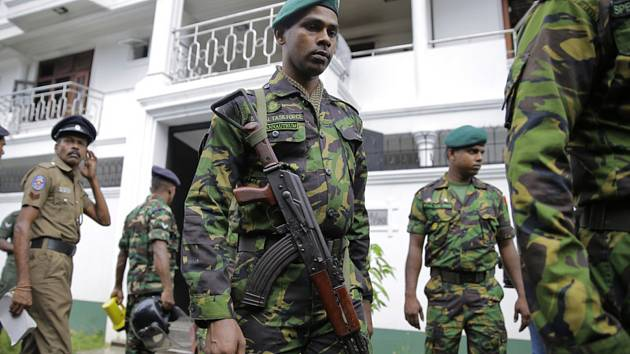 Srílanské ezpečnostní síly při zátahu na islámské teroristy