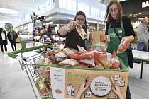 Podzimní kolo sbírky potravin zejména pro seniory, matky samoživitelky, pěstounské rodiny a děti z dětských domovů, 23. listopadu 2019 v hypermarketu Globus na Černém Mostě v Praze