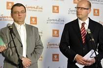 Lubomír Zaorálek a Bohuslav Sobotka vystoupili v Hradci Králové na tiskové konferenci po zasedání ústředního výkonného výboru ČSSD.