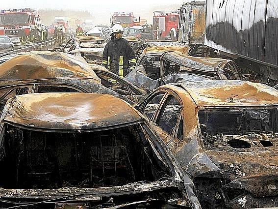 Nejméně osm lidí zahynulo v pátek odpoledne na pobaltském severu Německa na dálnici A19 při hromadné havárii, způsobené písečnou bouří.