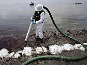 Lodní nehoda nedaleko pobřeží Louisiany poškodila v úterý zdejší ropný vrt a způsobila únik suroviny do moře.