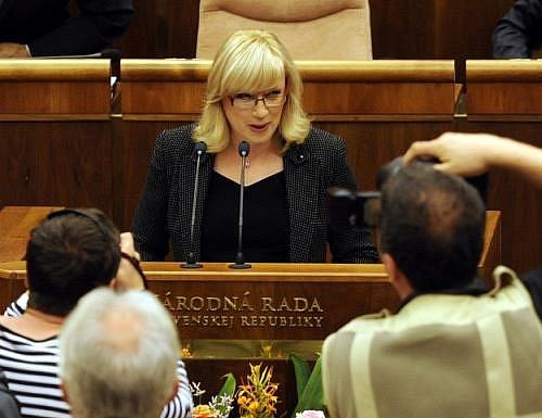 Premiérka Iveta Radičová hovoří ve slovenském parlamentu, který 3. srpna v Bratislavě na své schůzi projednával programové prohlášení nové vlády.