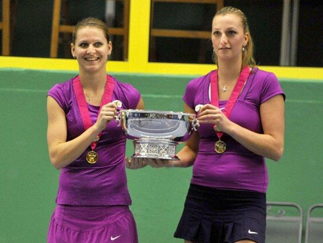 Tenistky Lucie Šafářová (vlevo) a Petra Kvitová ukazují na exhibici v Prostějově slavnou trofej pro vítězky Fed Cupu.