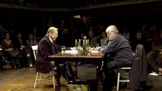Václav Havel jako Vaněk a Pavel Landovský v roli sládka (vpravo) si zahráli úvodní pasáž ze hry Audience. Jejich herecký duel uvedl večer o Chartě 77.