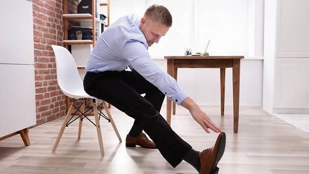 Bolí vás za krkem a sotva se zvednete od stolu? Zkuste si zacvičit se židlí.