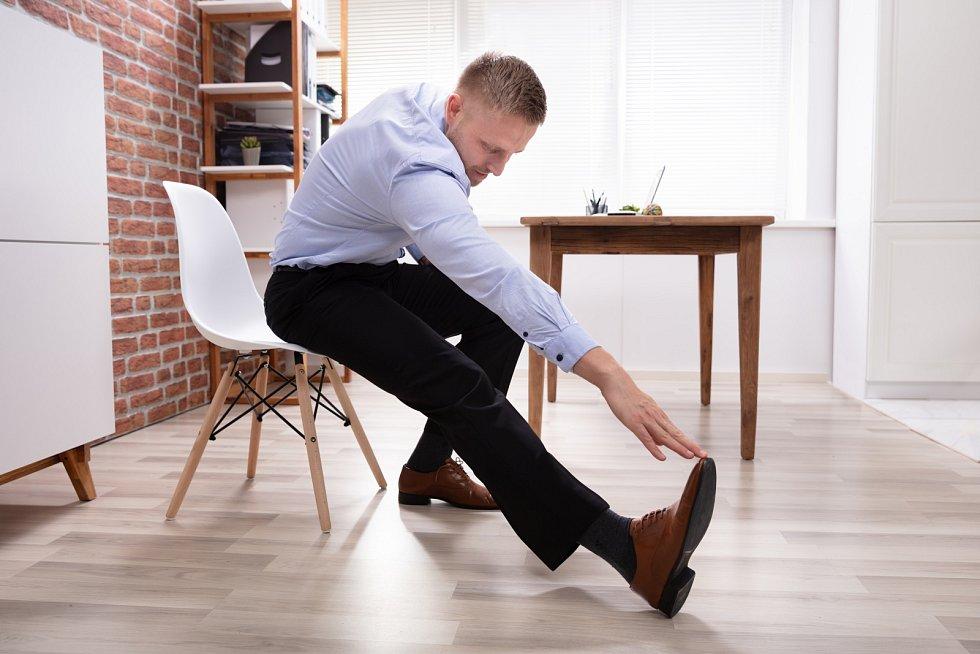 Pokud většinu dne sedíte u pracovního stolu, nastavte si na telefonu upozornění a každou hodinu se postavte.