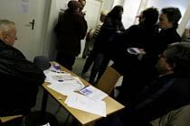Lidé čekají mnohdy dlouhé fronty na podpory sociální péče.