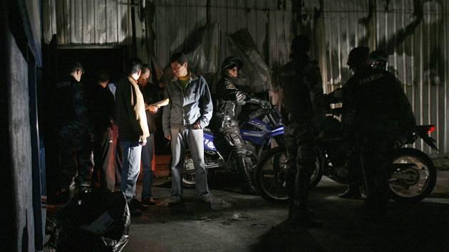 Policie prohledává vnitřek klubu, ve kterém zemřelo patnáct mladých lidí.