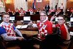 Fotbalové šílenství kvůli MS zasáhlo i chorvatského premiéra Andreje Plenkoviče (uprostřed) a další členy vlády. Na jednání přišli v národním dresu.