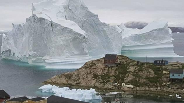 Ledovec, který ohrožuje grónskou vesnici Innaarsuit.