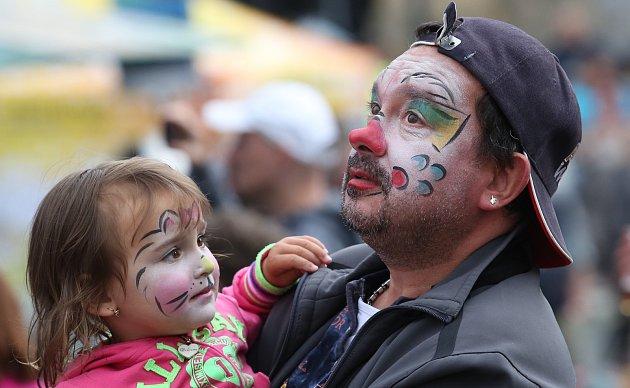 Zajímavě pojala rodinka oblečení a masky na tradiční Litoměřické pivní slavnosti. Kreativitě se zde, meze nekladou.