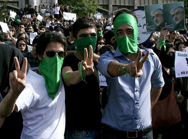 Situace v Íránu po prezidentských volbách je dál napjatá, tvrdý zásah policie proti demonstrantům si vyžádal i oběti na životech.
