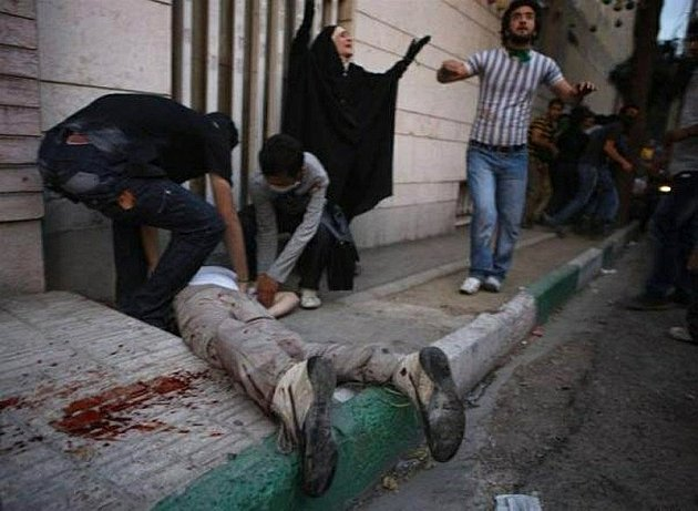 Tvrdý zásah policie v Íránu po prezidentských volbách proti demonstrantům si vyžádal i oběti na životech.