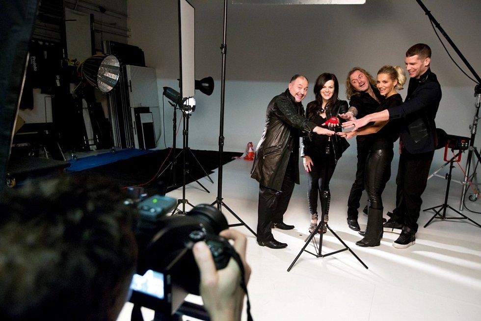 Pepa Vojtek, Michal David, Marta Jandová, Dara Rolins a Majk Spirit poprvé na společné fotce nové řady nejlepší hudební show Hlas!
