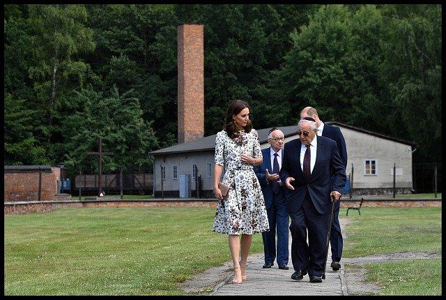 Královský pár během návštěvy koncentračního tábora ve Stutthofu