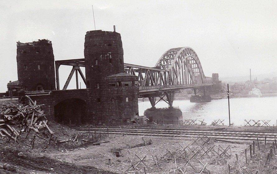 Ludendorffův most u Remagenu krátce po jeho dobytí Američany